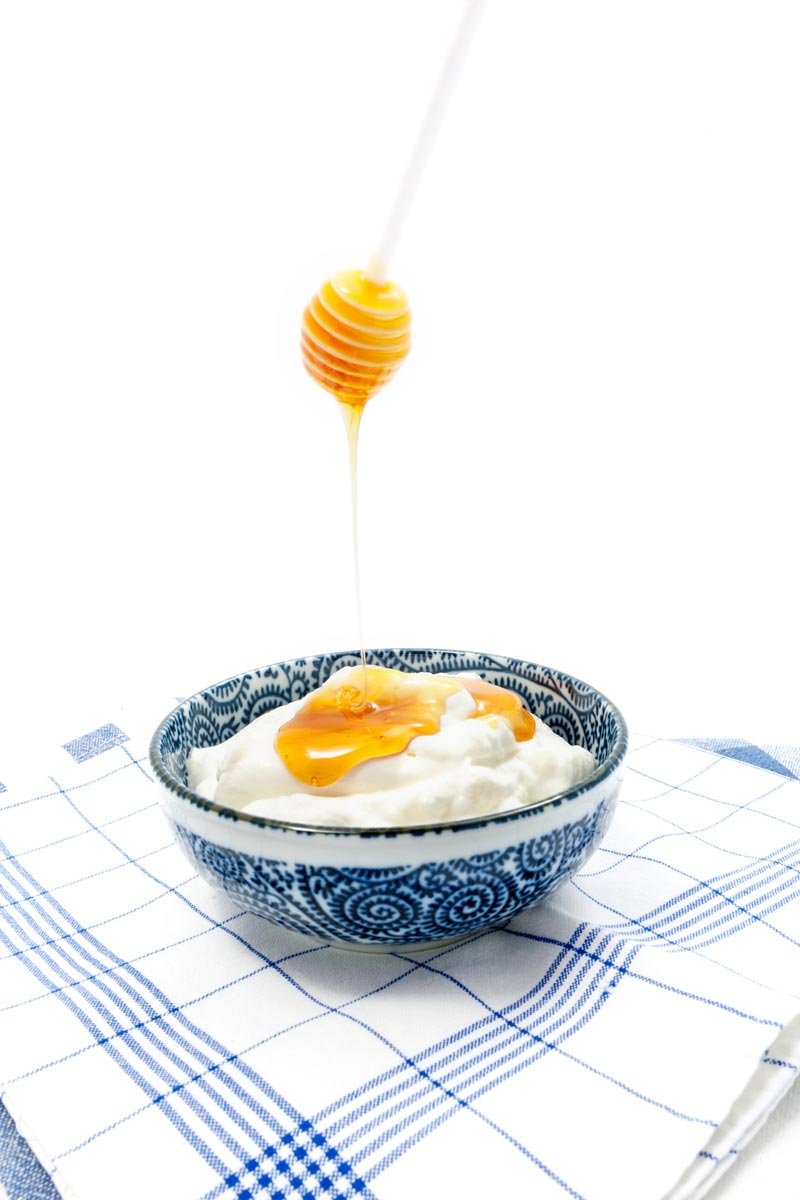 Yoghurt and honey, together or separately, are ideal ingredients for natural hair care.